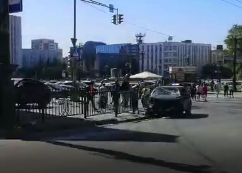 В центре Хабаровска столкнулись две иномарки. Фото: стоп-кадр видео