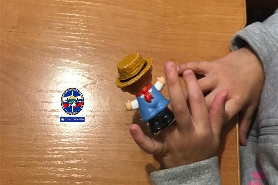 """В Новосибирске трехлетняя девочка надела на безымянный пальчик игрушку. Фото: """"МАСС""""."""