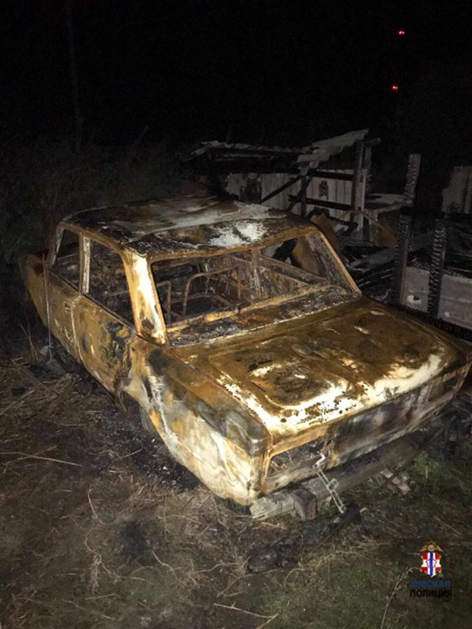 Полицейские смогли найти только обгоревшие остатки от автомобиля.