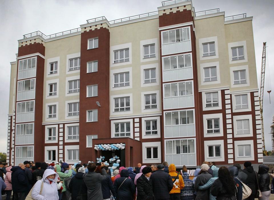 Губернатор Кузбасса вручил ключи от квартир жильцам нового жилого дома в Юрге.