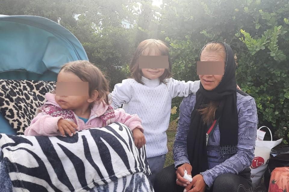 Надежда с детьми у вокзала. Фото: группа «Добро Мира-Волонтеры Крыма»