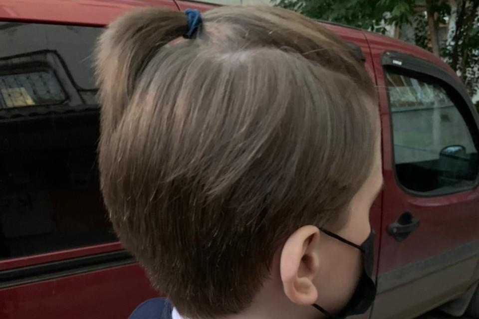 Так выглядит косичка, из-за которой мальчика не пустили на уроки. Фото: предоставлено мамой школьника.