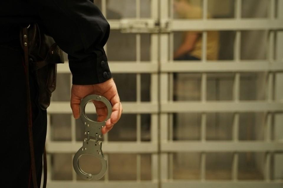 Злоумышленник подкараулил, когда хозяева уйдут из дома, чтобы украсть ворота