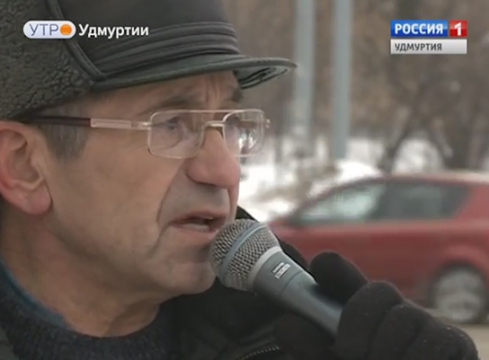 Уличный певец тепло отзывается об известном русском режиссере. Фото: телеканал «Россия 1. Удмуртия»