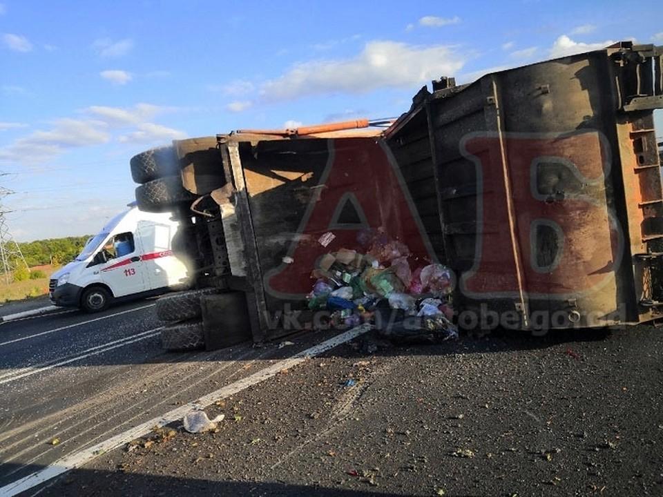 В селе Стрелецкое под Белгородом в аварию попал мусоровоз. Фото: сообщество «АвтоБелгород».