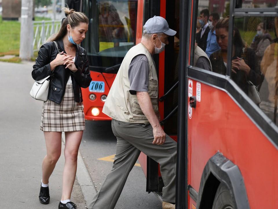 Перевозчики попросили пассажиров держать свой браслет на виду, ведь 17-19 сентября по нему можно бесплатно проехать в автобусах. Фото: kzn.ru