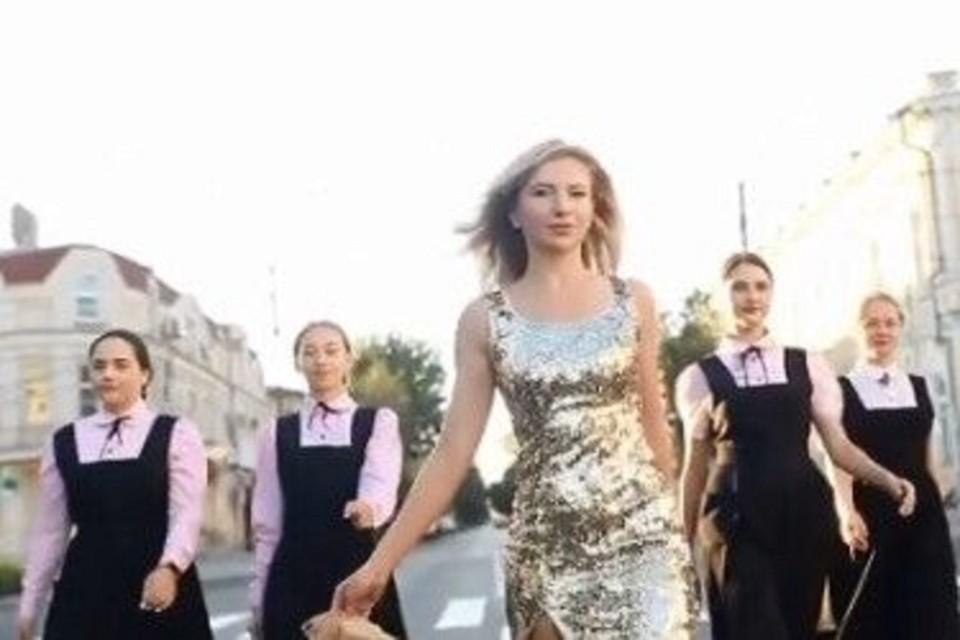 В Таганроге местные жительницы станцевали на обновленном асфальте улицы Петровской. Фото: аккаунт заведующей кафе в Инстаграм