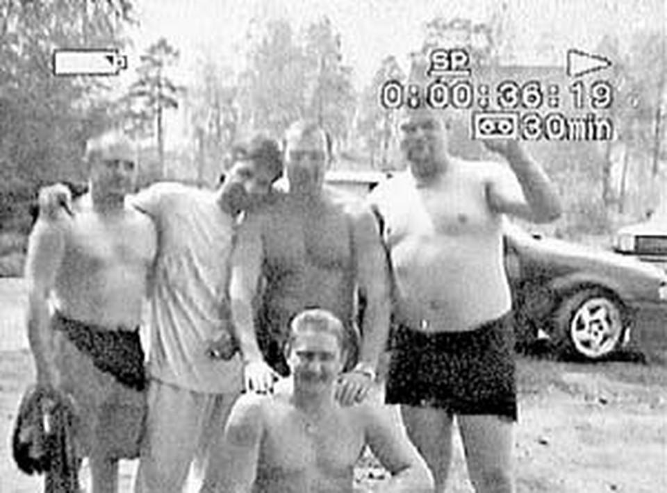 «Банда участковых» на пикнике. Крайний справа - главарь Александр Астапов.