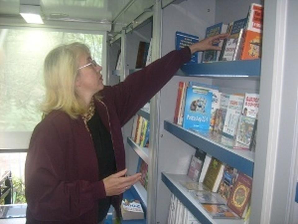 В шкафах библиомобиля умещаются 1 000 книг.