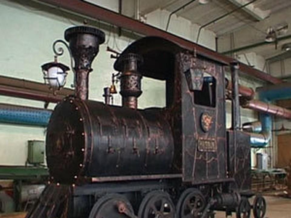 Кузнецы из Братска выковали старинный паровоз в натуральную величину. Фото с сайта телекомпании «БСТ».