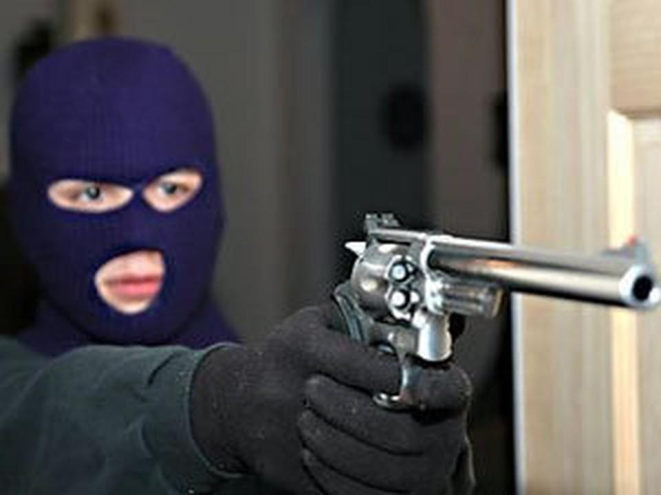 К ограблению злоумышленник готовился серьезно: купил маску и пластмассовый пистолет
