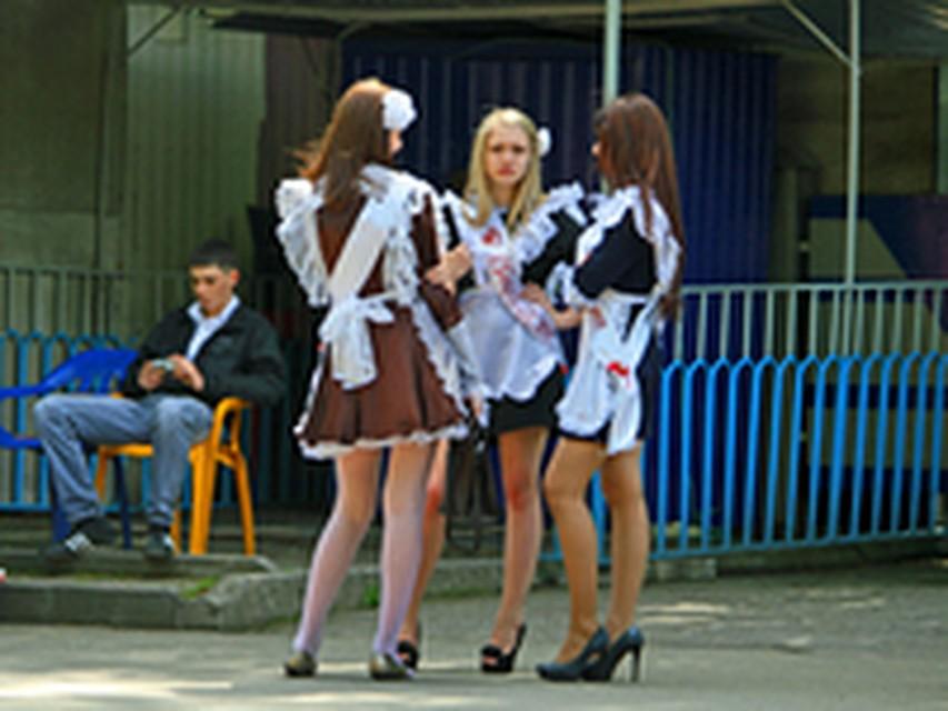 Поднялась юбка видео выпускницы