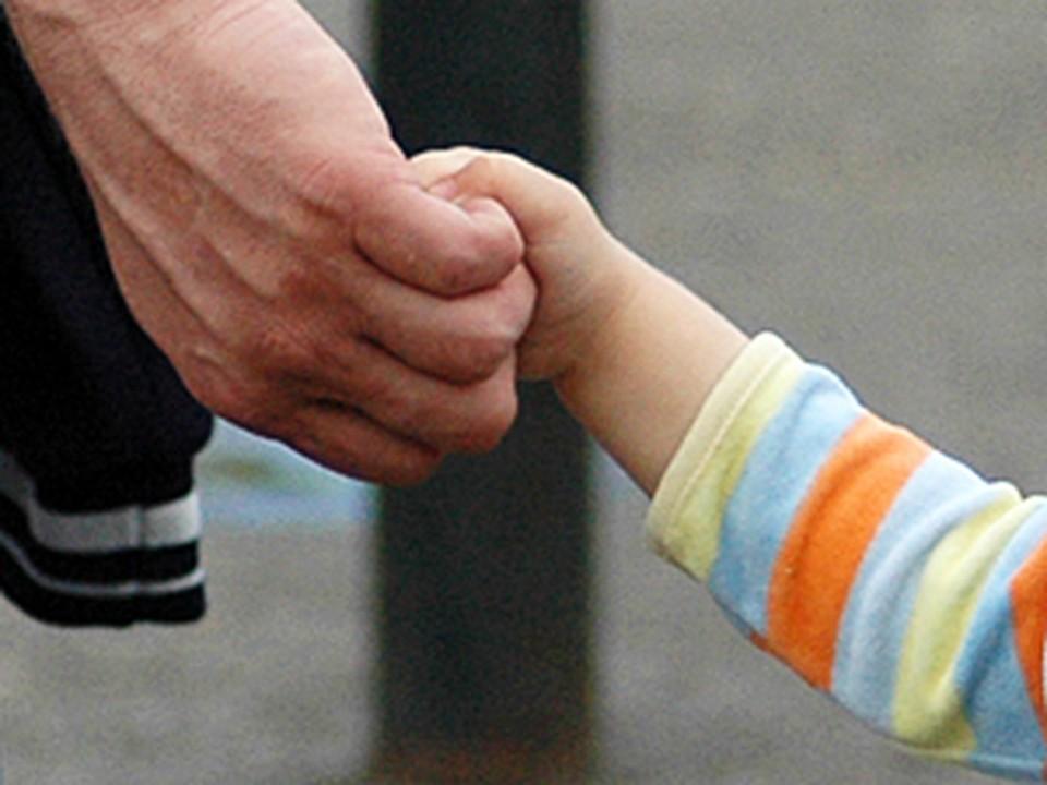 Мужчина завел ребенка в укромное место и едва не задушил