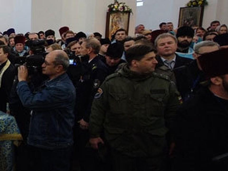 За сутки Казанский собор принял тысячи верующих.