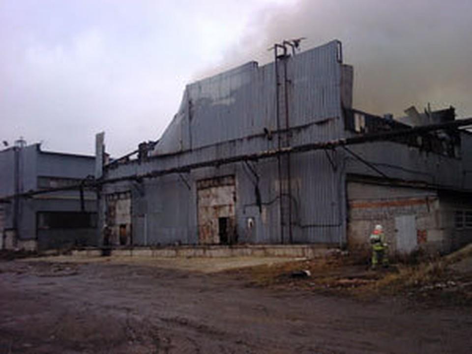 По предварительным данным, люди на пожаре на мебельном складе не пострадали.
