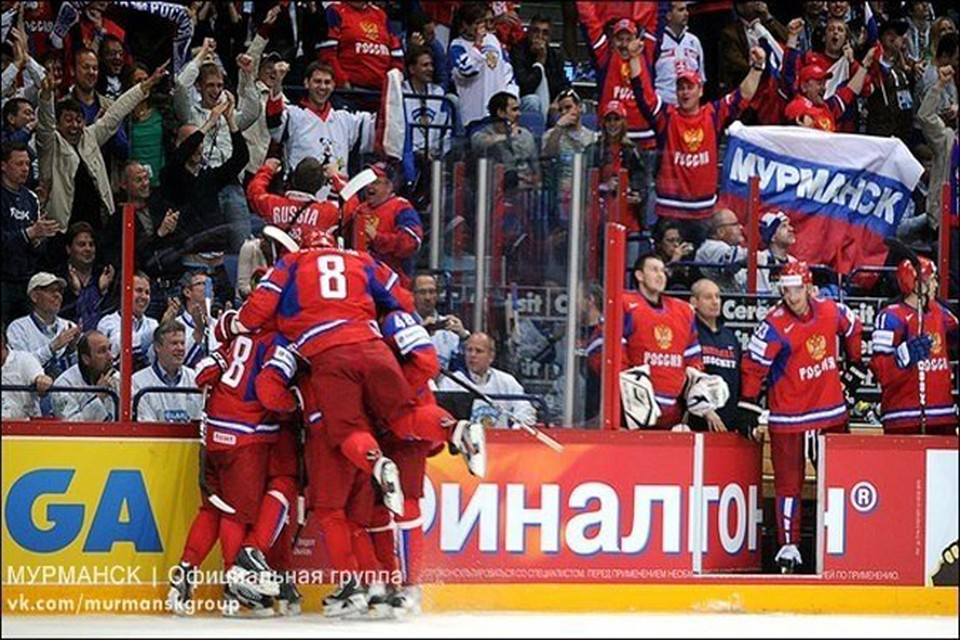 Прямо рядом со скамейкой, где сидела сборная России, развернули флаг наши земляки.