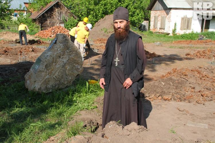 Отец Виктор очень доволен проектом будущего храма.