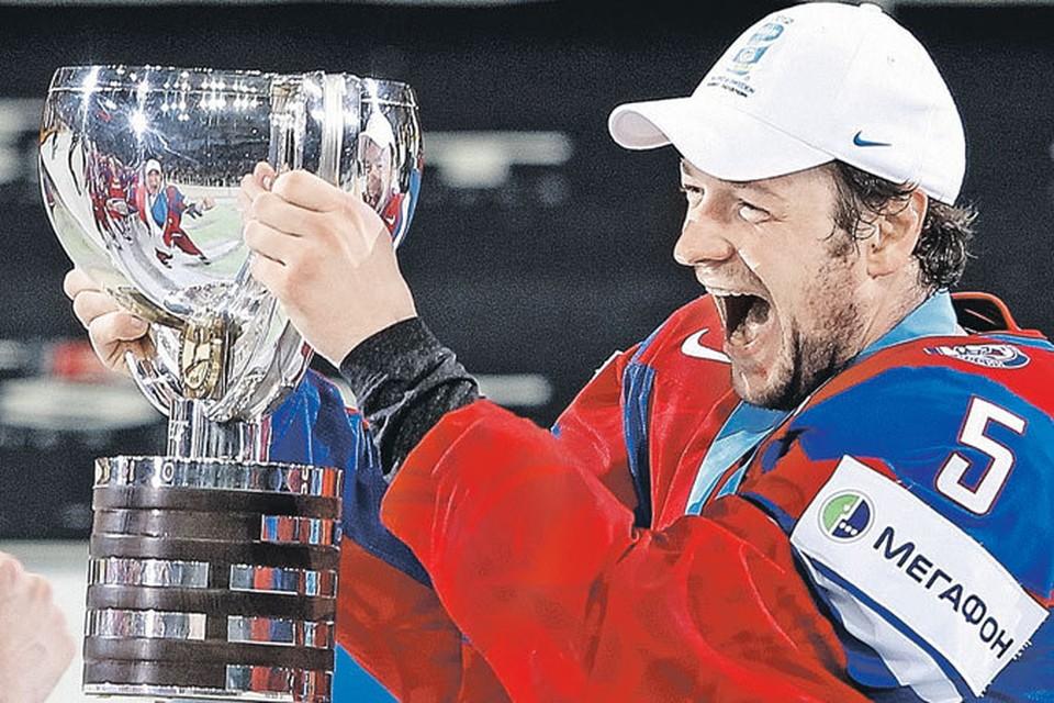 Капитан сборной России по хоккею Илья Никулин, потрясая кубком, радовался за команду и всю страну и не подозревал, что в это время в нашей стране есть люди, посылающие хоккеистам проклятия.