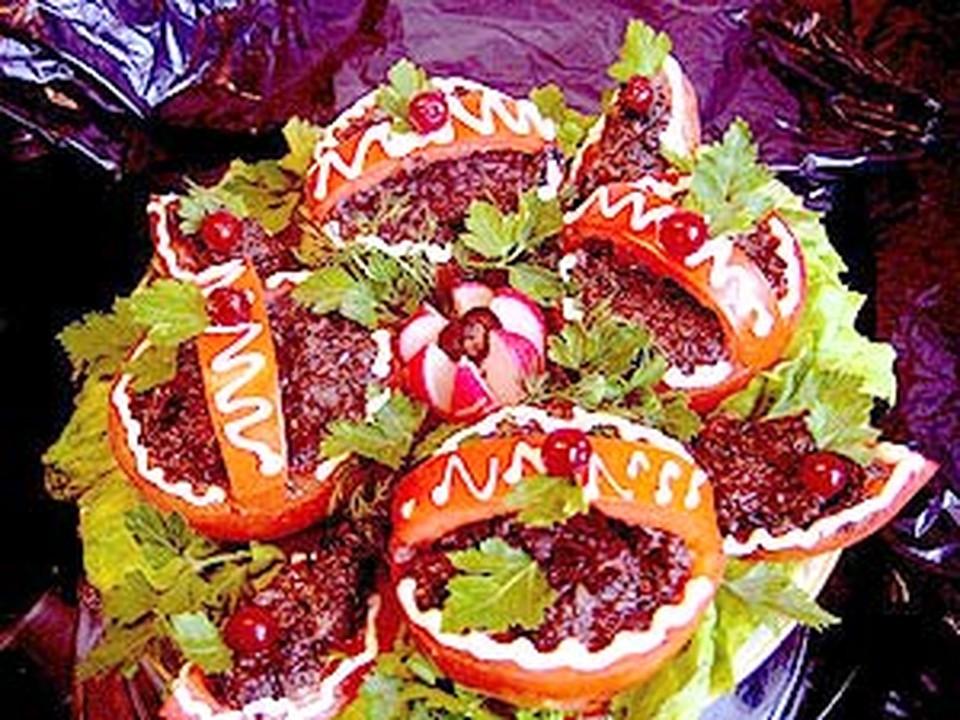 Распишите овощи тонкими полосками майонеза.