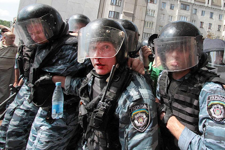 """В ходе стычек митингующих и бойцов отряда """"Беркут"""" пострадали 15 спецназовцев."""