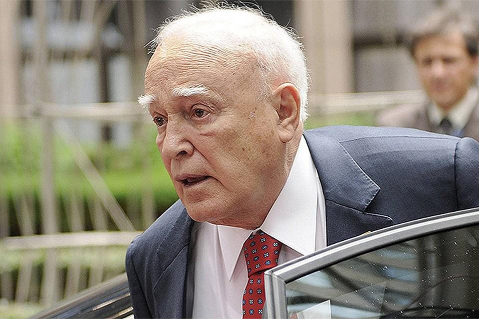 Президент Греции Каролос Папульяс обратился к Министерству финансов Греции с просьбой сократить ему зарплату