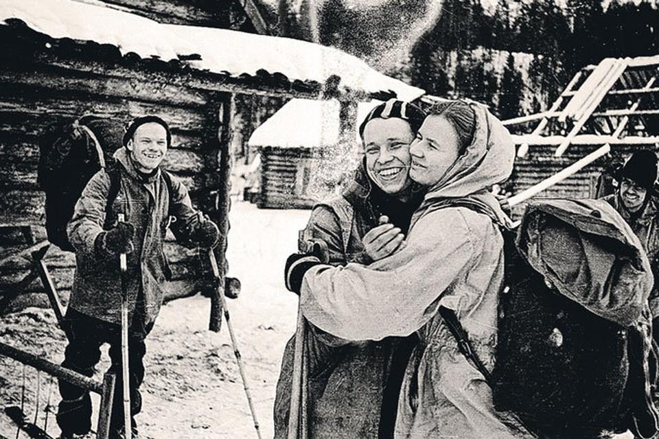 Людмила Дубинина прощается с покидающим группу из-за болезни Юрием Юдиным. На заднем плане Игорь Дятлов: «Не навсегда же расстаемся!»