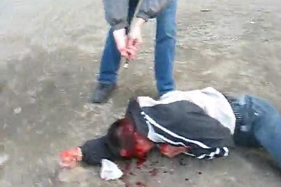 Кадр из страшного видео, снятого бандой Федоровича:вооруженной толпой они забивают беззащитного мужчину