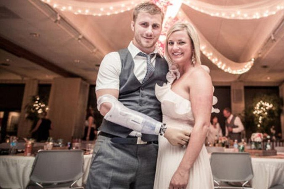 Тейлор Моррис и его любимая Даниэль на свадьбе у друзей.