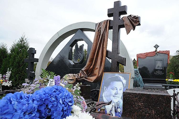 Памятник актеру Невинному установили сегодня на Троекуровском кладбище Москвы
