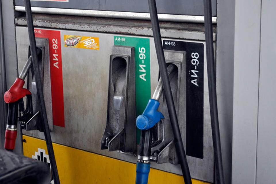 Владельцам автомобилей стоит отслеживать цены на топливо - где-то можно заправиться дешевле.