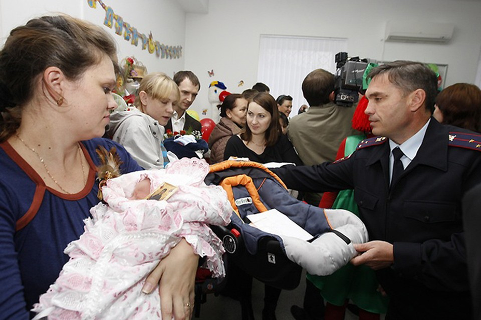 """Сотрудники Госавтоинспекции проводят акцию """"Автокресло - детям!"""""""