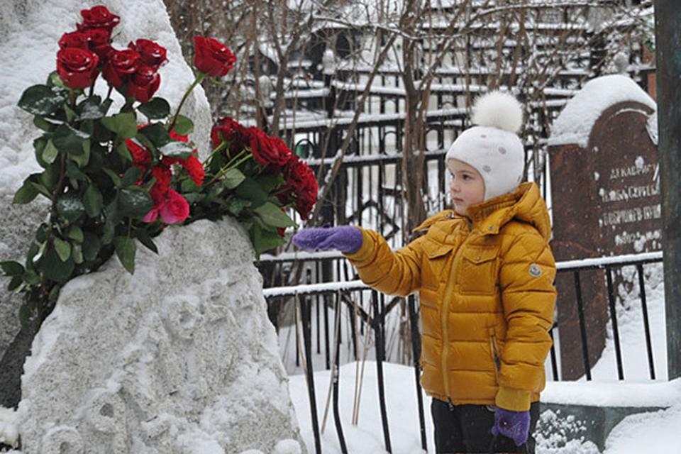 На могилу к актеру пришла его пятилетняя дочь