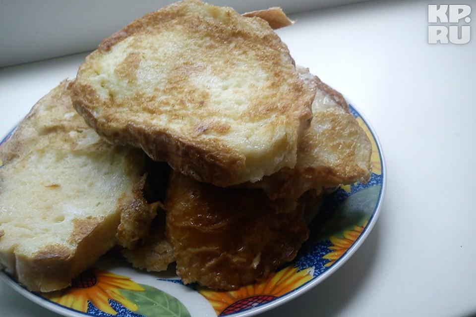 Белый хлеб с сыром на сковороде