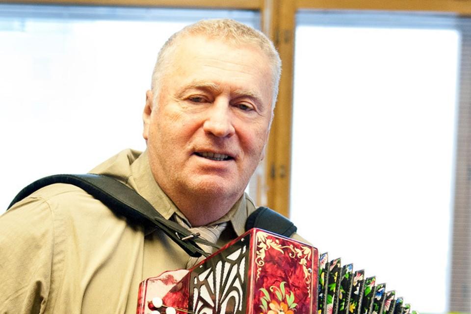 Владимир Жириновский может и на баяне сыграть, и в прямой эфир дозвониться, как обычный слушатель.