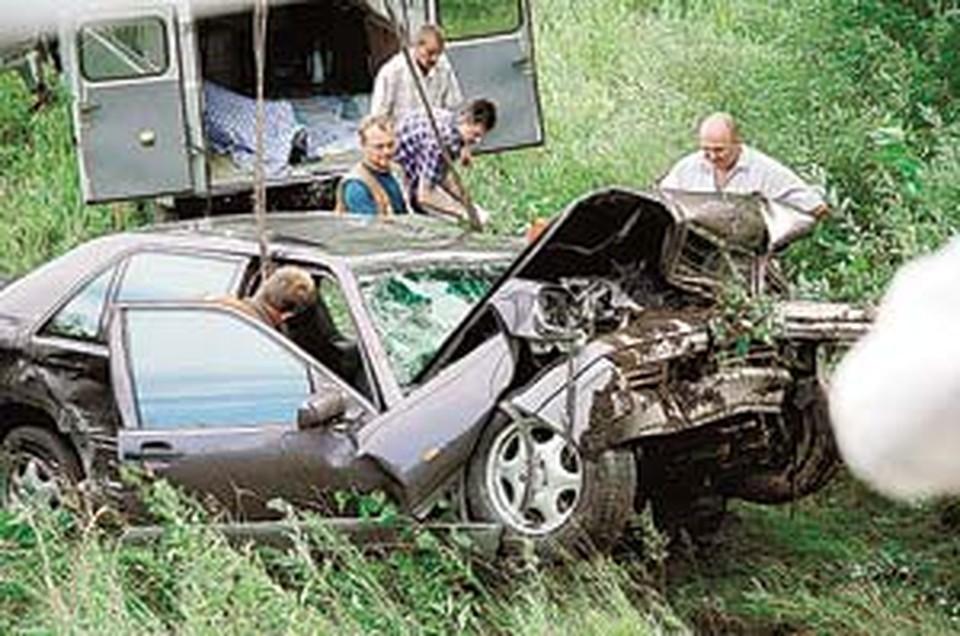 «Мерседес» губернатора буквально переломило при ударе о землю и дерево.