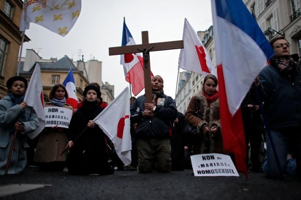 Ободренные погодой, французы вышли на массовые демонстрации против антисоциальной политики властей, символом которой стал закон о гомосексуальных браках