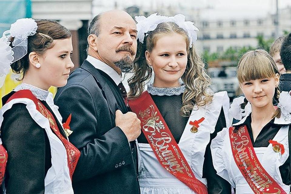 То, что современная молодежь предпочитает не жить по-ленински, а фоткаться с его двойниками, только подтверждает, что Ленин для нас сегодня - увы, лишь экспонат.