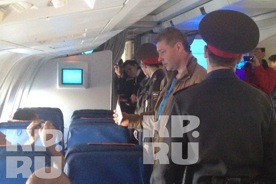 Дебошира, повздорившего с бортпроводником, из салона вывели полицейские.