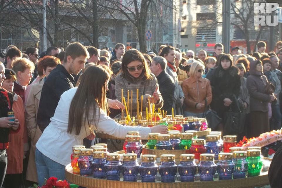 Вечером 23 апреля тысячи белгородцев пришли на народный бульвар, чтобы почтить память погибших.