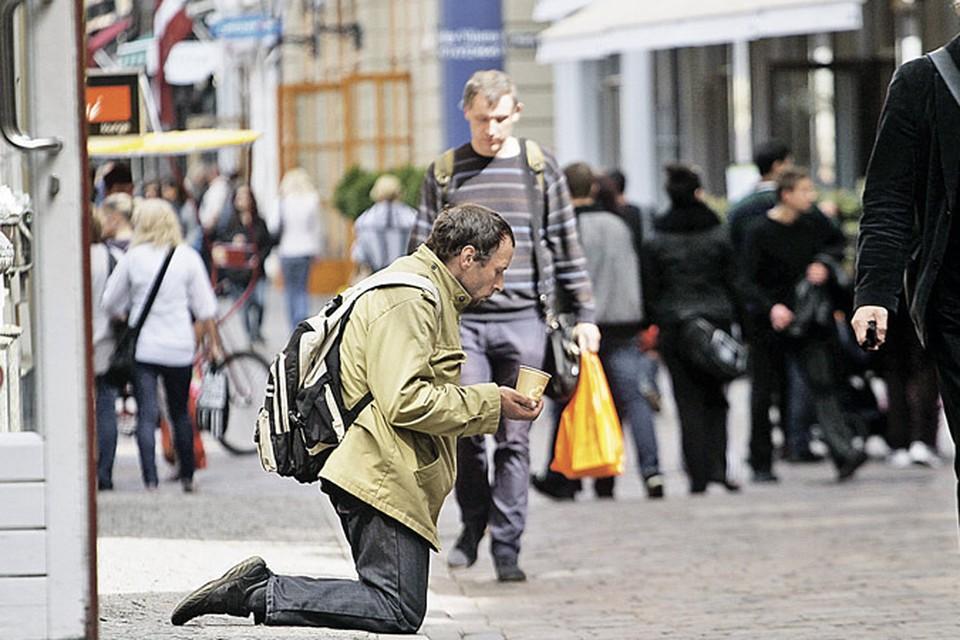Умытые нищие в чистой одежде - новое явление в жизни сегодняшней Риги.