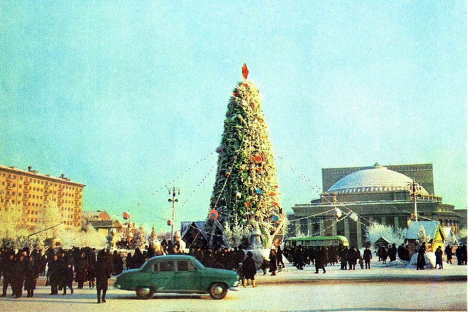Елка прописалась на площади Ленина в 1954 году.