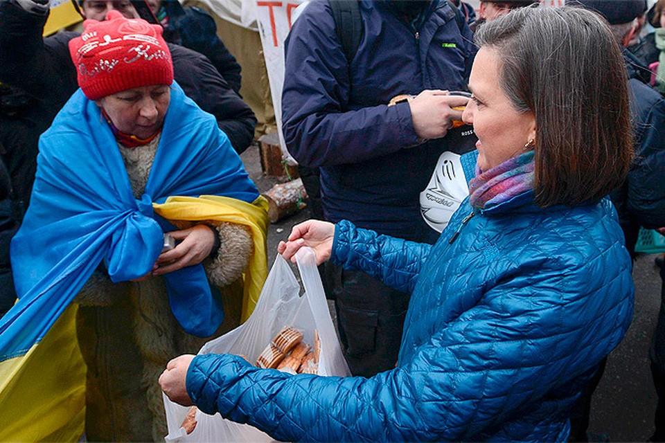 Замгоссекретаря США Виктория Нуланд накормила украинский «майдан» хлебобулочными изделиями