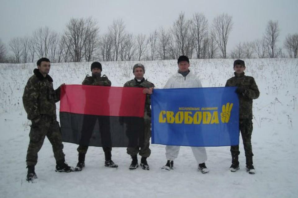 Арсенич (в центре) со своими соратниками, которые выглядят, мягко говоря, не по-христиански