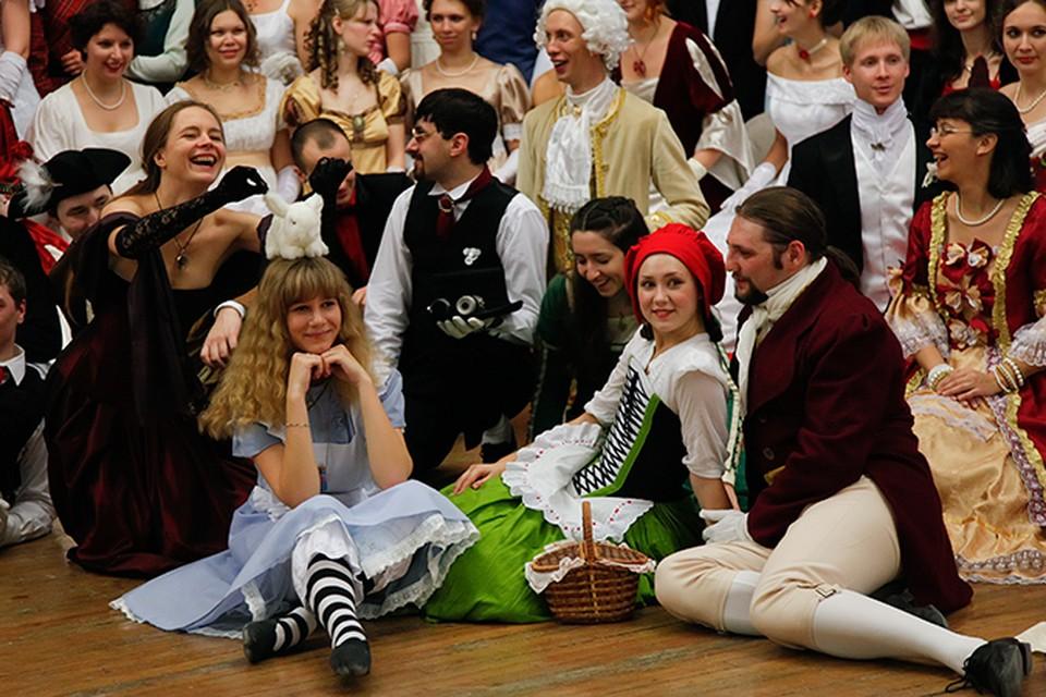 Главной темой вечера стала сказка «Приключения Алисы в стране чудес»