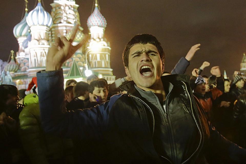 «Почему  их никто не останавливает? Разве Красная площадь уже стала местом для лезгинки?» - вопрошают пользователи Интернета.