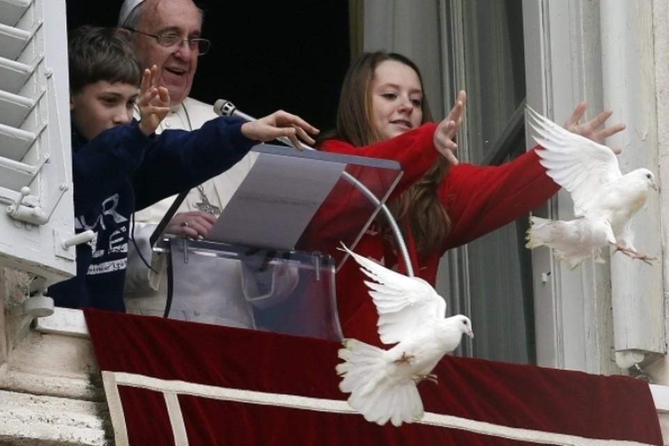 """""""Голубей мира"""" Папы Римского атаковали чайка и черный ворон"""
