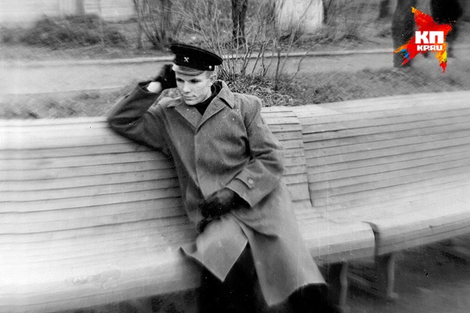 """Юрий Гагарин во время учебы в Саратовском индустриальном техникуме в середине 1950-х. Будущий космонавт отдыхает в городском саду """"Липки"""""""