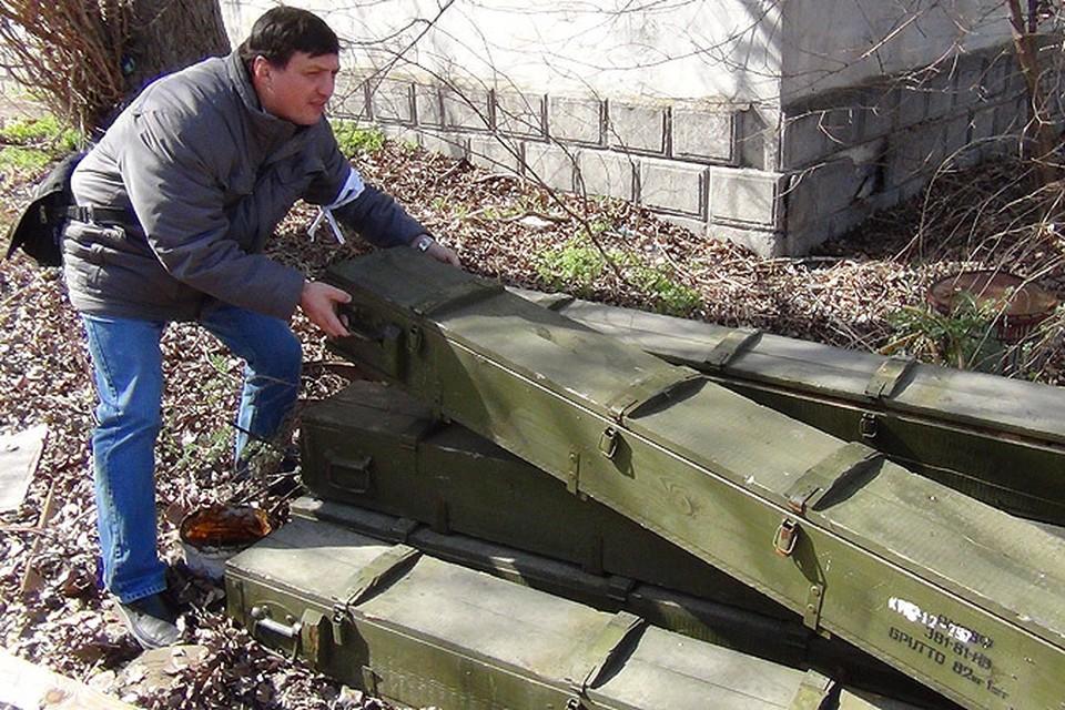 """Журналист """"КП"""" ворочает ящиками от ракет. К счастью, они пусты."""