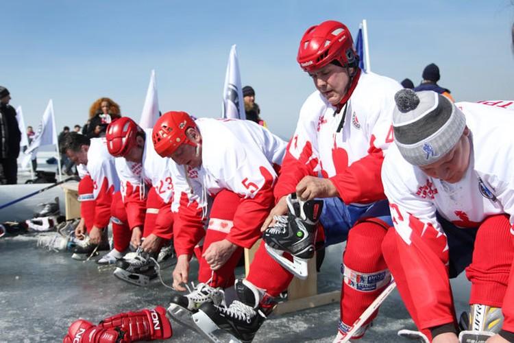 Знаменитости советского хоккея сыграли на льду Байкала.