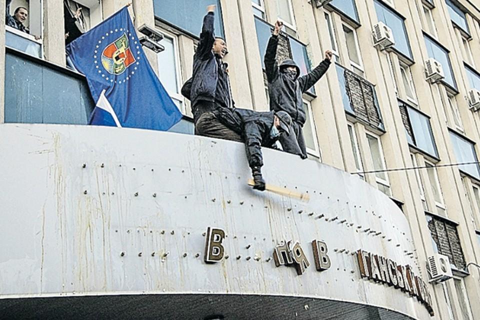 В Луганске активисты первым делом сбили помпезную вывеску с фасада здания местного СБУ.